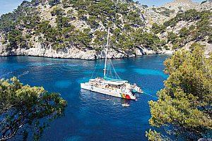 Magnifica excursión en catamarán a vela Mallorca desde Alcudia en el norte de la isla