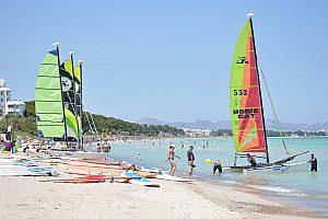 Curso de vela ligera en Mallorca: Aprenda a navegar en un catamarán en playa de Muro