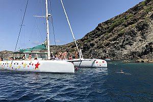 Viaje en barco por la Costa Brava con catamarán de Roses al Cap de Creus