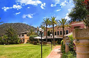 Disfrute de la ambiente e instalaciones deportivas en el Country Club Santa Ponsa