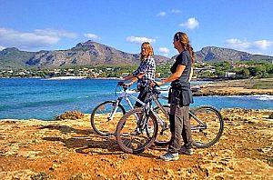 tour en bicicleta pollensa con la chica de la cata en el acantilado
