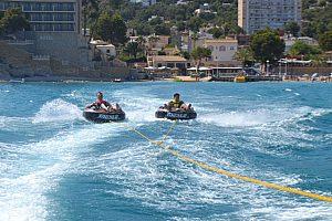 Hotwheel - con el aro detrás de la barca en el suroeste Mallorcas