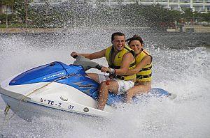Mann und Frau auf dem Jetski in Teneriffa