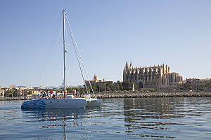 Salida deluxe en catamarán desde Palma de Mallorca durante el día o hacía la puesta de sol