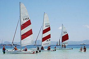 Cursos o alquileres de un catamarán deportivo a vela en Alcúdia el norte de Mallorca