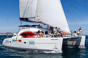 Tour Privado en Catamarán hasta al atardecer en la bahía de Corralejo en el norte de Fuerteventura