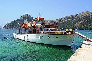 Salida en barco por la Bahia de Pollensa con el Barco Robinson en Mallorca