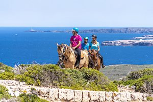 Montar a caballo por el Cami de Cavall en Menorca en la costa del sur de la isla