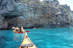 Emocionante excursión en kayak en Menorca con parada de snorkel en Fornells