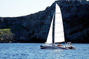 Alquiler de catamarán en Fornells: el norte de Menorca desde el mar