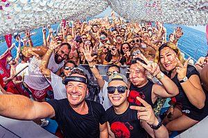 Fiesta en barco desde Playa d'en Bossa con DJs y ducha de champán