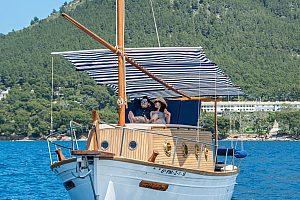 Excursión privada en barco por Mallorca cerca de Alcudia con un Llaut mallorquín