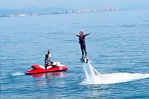 Jetski und Flyboarder