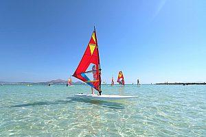 Windsurf en Mallorca: Aprenda o alquile solamente el material en la playa de Muro
