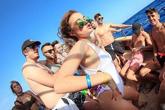 Partyboot Mallorca dancing