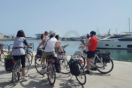 Valencia bicycle tour to the harbour and beach