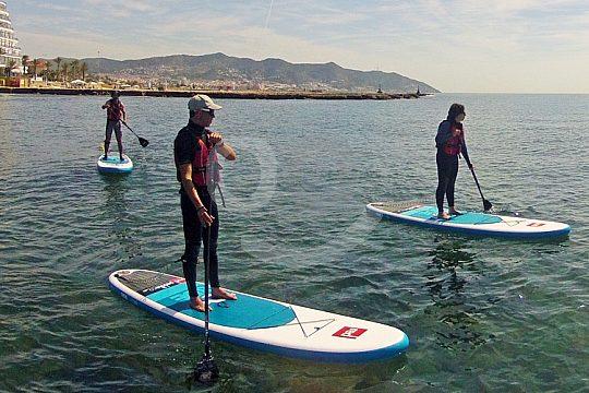 Standup-Paddler vor der Küste von Sitges