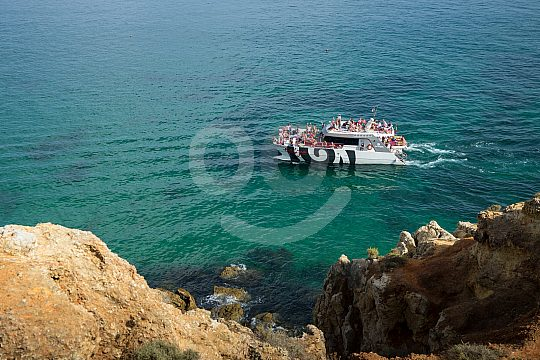 With the catamaran on a coastal tour in the Algarve