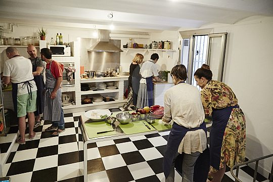 Cook in small groups in Barcelona
