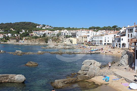 explore Costa Brava by bus