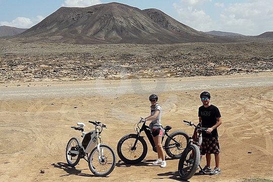 Mit den E-Bikes vor dem Vulkankegel