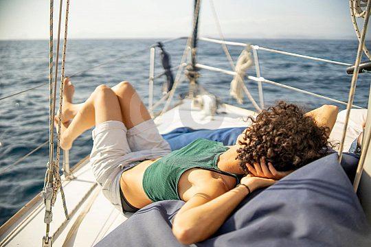 Relaxen an Bord eines Segelschiffes