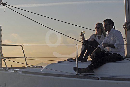 Zu zweit an Deck und den Sonnenuntergang genießen