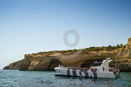 Boot steuer an der Algarveküste entlang