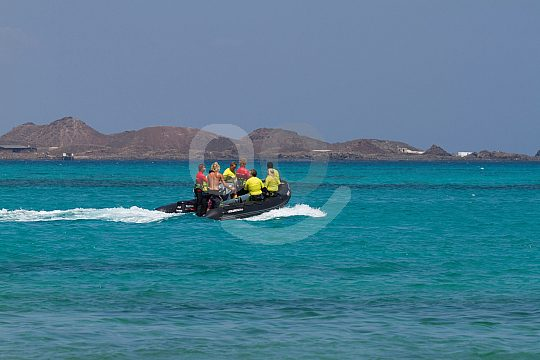 dinghy boat with kitesurfers
