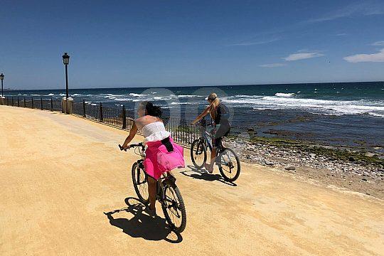 mit dem Fahrrad am Strand entlang