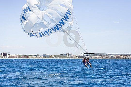 Flug über dem Meer beim Parasailing Arenal