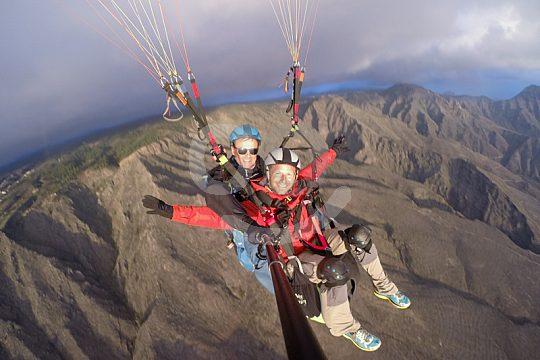Fliegen über den Bergen von Teneriffa
