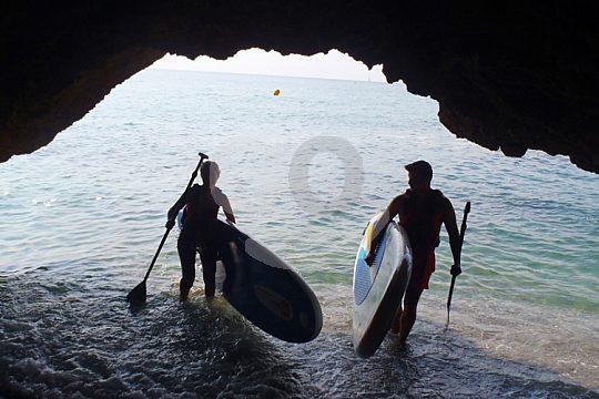Paddler erforschen eine Höhle