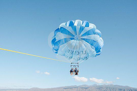 Angenehmer Flug auf Teneriffa beim Parasailing