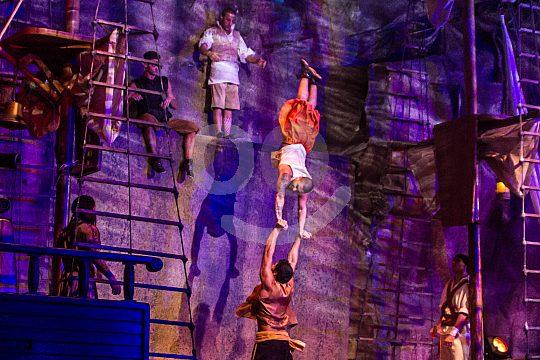 Pirates do stunts