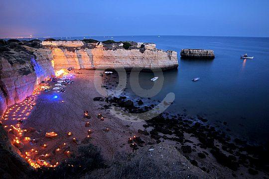 Stimmungsvolle Beleuchtung am Strand