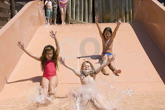 Kinder beim Rutschen um tollen Wasserpark in Magaluf