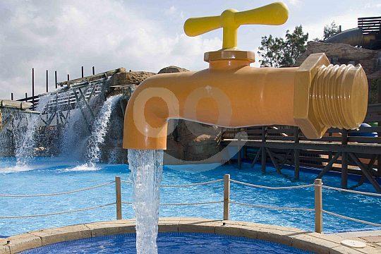 Eine erfrischende Dusche im Western Water Park Mallorca