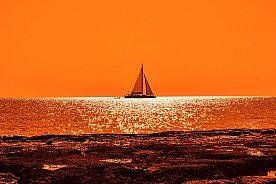 Boot-im-Abendhimmel-Fernsicht