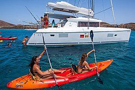 Katamaran im Meer bei der Tour