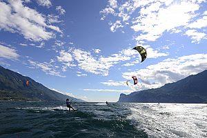 Kitesurfer im Rennen auf dem Gardasee