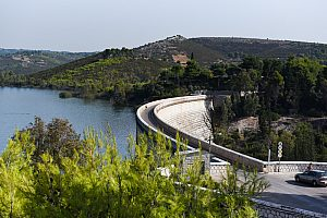 Bicycle tour from Athens with wine tasting: past the Marathon Dam to Attikas east coast