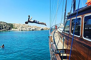 Sailing tour at the south coast of Mykonos with (Super) Paradise Beach and BBQ