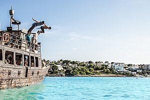 Vom Piratenboot ins Wasser springen