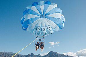 Fallschirm fliegen hinter dem Boot auf Teneriffa