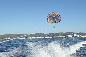 Fallschirm hinter dem Speedboat Ibiza
