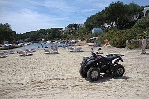 Quad Tour entlang des Strandes auf Menorca
