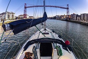 Relaxing sailing trip in Bilbao with wine tasting, along the coast or Ría de Bilbao