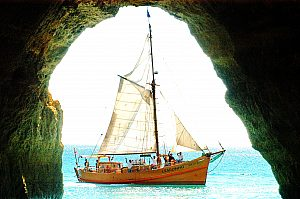 Sailing in the Algarve: A boat trip on a pirate ship with a swim stop