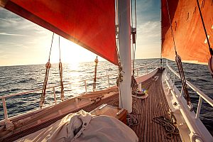 Segelboot mit roten Segeln auf Gran Canaria